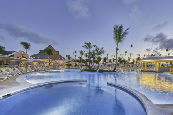 Image of the outdoor pool and swim up bar at Bahia Principe Luxury Ambar girlfriend getaway resort